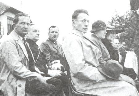 Tady je zachycen prvý zleva v srpnu roku 1937 veVětřní při svěcení praporu válečných veteránů