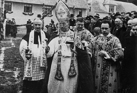 Českobudějovický biskup Šimon Bárta vysvěcuje dne 3. července roku 1938 nový kostel ve Větřní