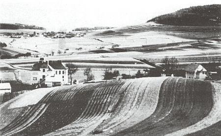 Pahorek, na němž byl kostel ve Větřní postaven, ještě nedotčen, s dosud udržovanými na něm polnostmi