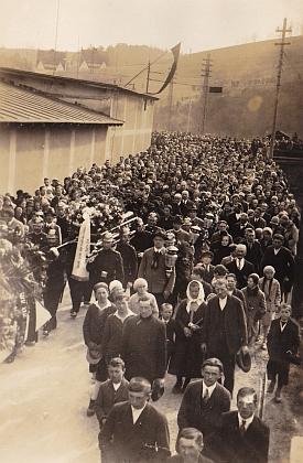 Několik snímků z pohřbu Hanse Spiro vdubnu roku 1931 - průvod s evangelickým farářem (je to nejspíš Johann Twardzik) v čele kráčí Větřním