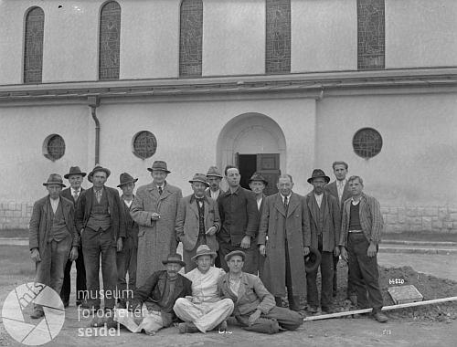 Snímek s datem 20. června 1938 ho zachycuje s pracovníky na novostavbě kostelaveVětřní