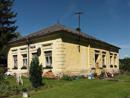 Bývalá škola v Dolních Chrášťanech, kde také učil
