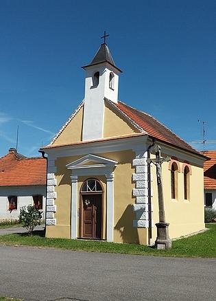 Kaple na návsi v Dolních Chrášťanech (viz i Karl Hofer)