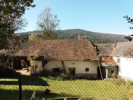 Jedno z chátrajících původních stavení v Leptači