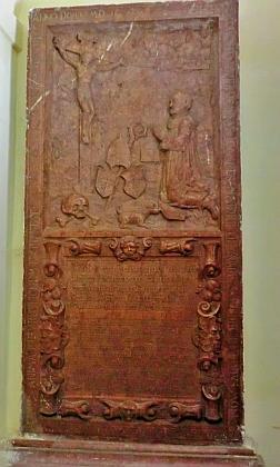 Náhrobek opata Jana II. Haydera - jedno z nejstarších vyobrazení kláštera, zmíněné v textu Jiřího France, je ve skutečnosti na tomto náhrobku, na snímku ovšem nezřetelné