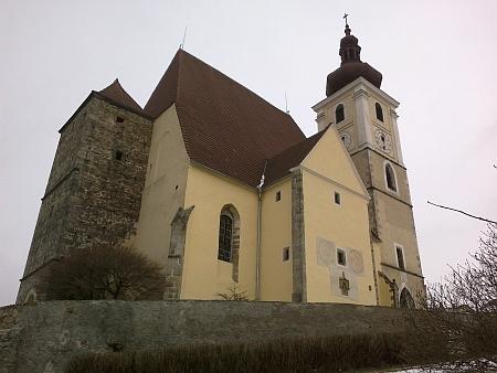 Na kostele Nanebevzetí Panny Marie v Trhových Svinech vidíme rožmberského jezdce a znak rodu