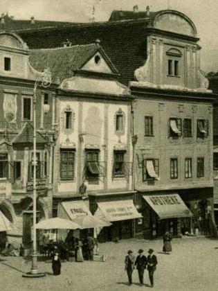 Tady je rodný dům (uprostřed) zachycen na výřezu pohlednice Josefa Seidela z roku 1913