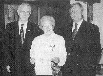 V doprovodu manželově přejímá Spolkový kříž za zásluhy od bavorského ministra kultury Hanse Zehetmaira (stojící vedle ní vpravo)