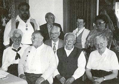 """Se členy spolku """"Kašperští"""" (Die Karlsburger),  sedí v první řadě zcela vpravo"""