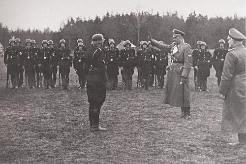 Tady zdraví účastníky cvičení jednotek SS u Českých Budějovic 30. března 1940