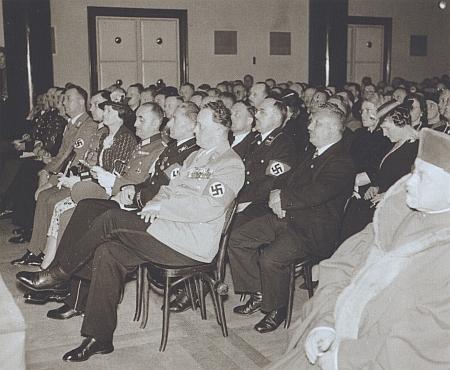 Sedící třetí zprava v první řadě při udělení Eichendorffovy ceny Hansi Watzlikovi v Německém (nyní Slovanském) domě v Praze 16. června 1939