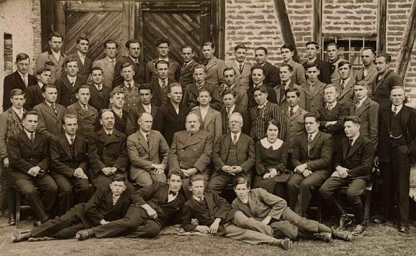 Snímek z jeho archívu zachycuje studenty a učitele zemědělské školy v Horní Plané ve školním roce 1937/38, tedy pravděpodobně i s ním