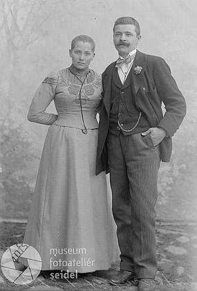 Tento Seidelův snímek ze srpna roku 1902, psaný na jméno a adresu Richard Franz, Glöckelberg, by mohl zachycovat rodiče krátce před svatbou