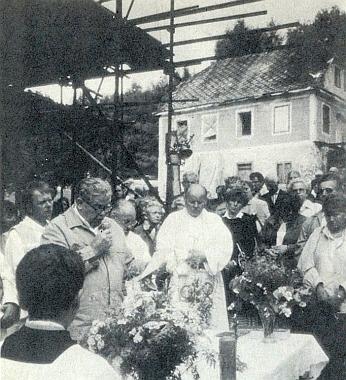 Walter Franz vyslovuje jménem rodáků před kostelem veZvonkové, který je ještě obestavěn lešením, v létě 1991 své poděkování všem, kdose zasloužili o jeho obnovu