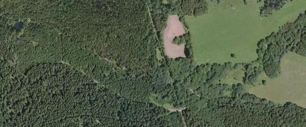 Josefův Důl (viz i Walburga Beutlová, Hermine Kimbacherová, Guido Rodinger) na leteckých snímcích z let 1952 a 2008 (v lese nalevo je zřetelně patrná hladina zdrže Tišina)