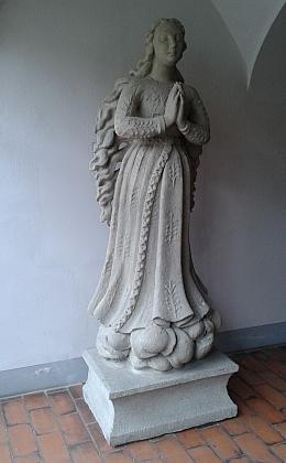 Panna Maria Klasová stojící kdysi na Senovážném náměstí v Českých Budějovicích, poničená roku 1972 a její stav po provizorní opravě