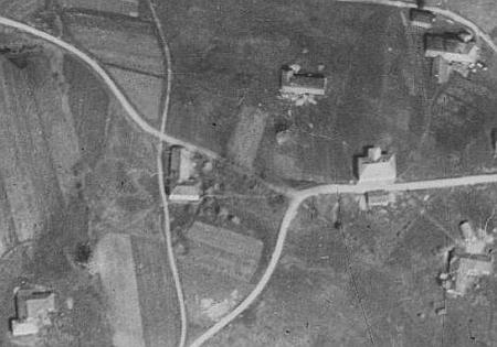 """Vpravo nahoře je zachycen rodný dům Erwina Franze čp. 13 """"Hounsfeichtl"""" ve Starém Špičáku"""