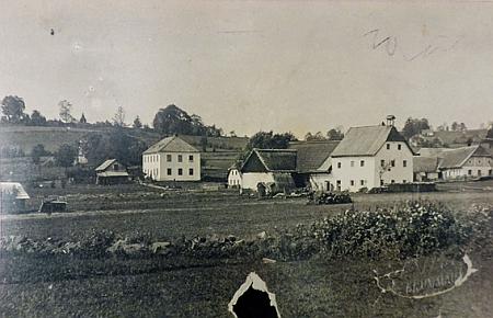 """Květná: patrový dům vlevo je škola, úplně vpravo je dům čp. 20 """"Dovid"""" majitele Paula Franze"""