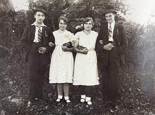 Erwinovi rodiče Johann a Aloisie Franzovi jsou na tomto snímku tou dvojicí vpravo
