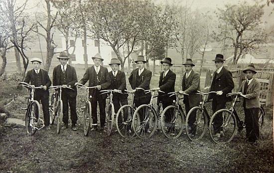 Ve skupině kolařů je Erwinův otec Johann Franz zachycen druhý druhý zprava (v pozadí škola v Květné čp. 30)