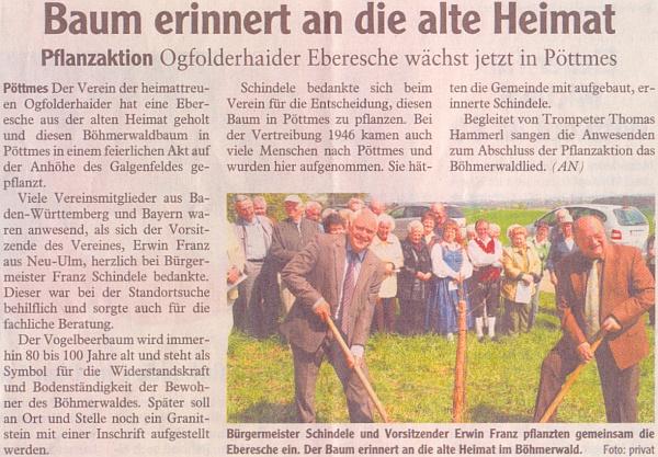 """Starosta Schindele a Erwin Franz vysazují 17. dubna roku 2011 na vrchu u Pöttmes     jeřáb z Jablonce, jak o tom referuje regionální list """"Aichacher Zeitung"""""""