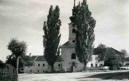 Kostel Panny Marie Bolestné v Omlenici, kde byl pokřtěn, na pohlednici Josefa Wolfa