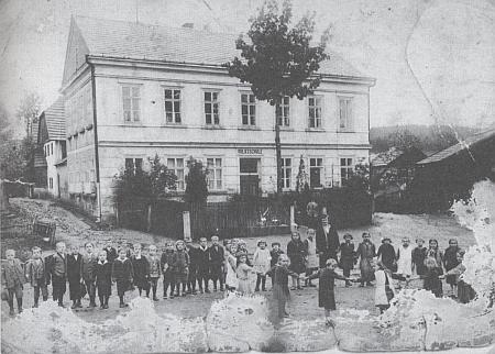 Obecná škola v Pořejově na snímku z doby kolem roku 1930