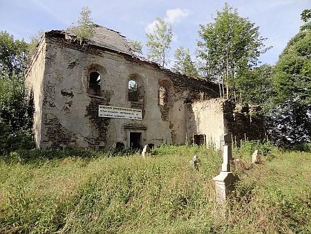 Poutní kostel Sv. Anny u Pořejova na snímcích na snímku z roku 1945 a 2005