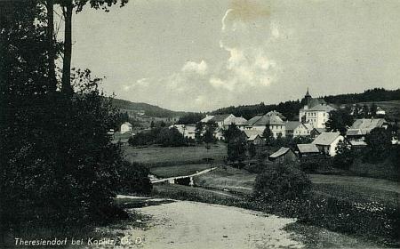 Pohlednice vídeňského fotografa Franze Mörtla, zachycující Pohorskou Ves, vpravo uprostřed před kostelem škola