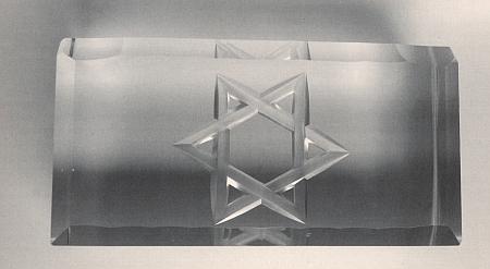 Těžítko s Davidovou hvězdou, vyrobené v některé ze šumavských sklářských hutí