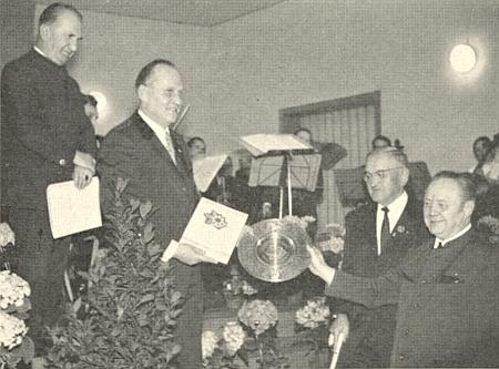 V roce 1972 mu byla udělena kulturní cena sdružení Bayerischer Wald-Verein, což zachycuje snímek, kde on stojí o holi trochu v pozadí, cenu před ním třímá v ruce Raimund Schuster