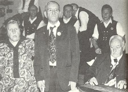 Se svými sourozenci při trojzpěvu: odleva sestra Klara, on sám a bratr Alfons nad citerou