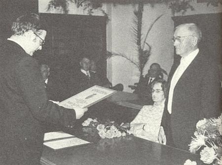 Tady mu v přítomnosti jeho ženy Rosy uděluje město Zwiesel a obec Sankt Oswald na zwieselské radnici čestné občanství