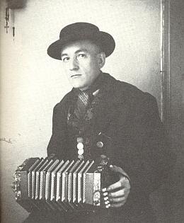 """Jako třicetiletý s harmonikou zvanou """"concertina"""", na níž hrál vmnoha městech Německa, včetně vystoupení v berlínské Wintergarten"""