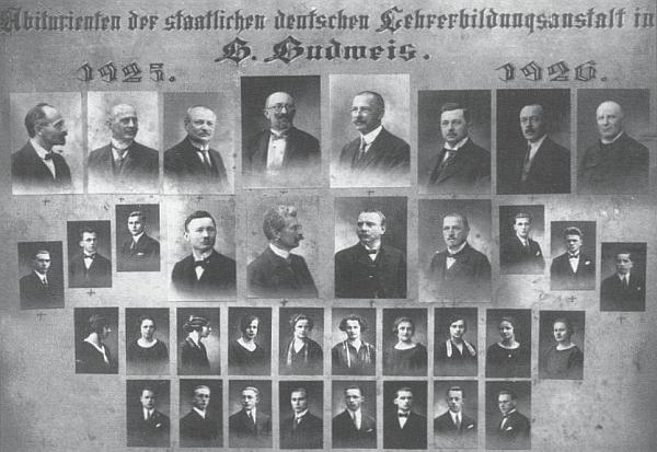 Tablo německého učitelského ústavu v Českých Budějovicích s absolventským ročníkem 1925/26 (maminka Inge Friedrichové tu má podobenku ve druhé řadě zdola, čtvrtý snímek zleva)