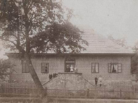 Tato dodnes stojící budova patřila také k osadě Arnoštka