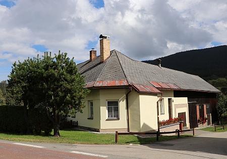 Dům v Horní Vltavici, kde místo okna s vánočním stromkem byl vchod do řeznictví Steinbrenner