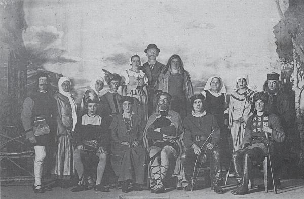 """Tady sedí prvý zleva mezi herci ochotnické inscenace hry """"Das Kreuz in Altmühltal"""" v roce 1931"""
