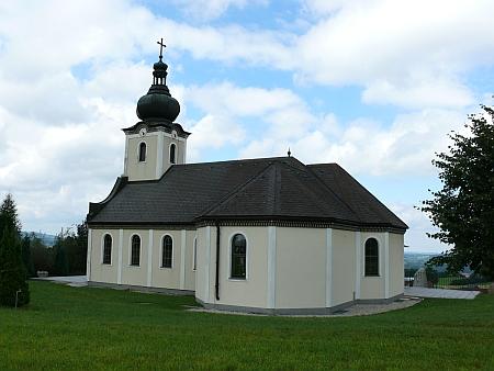 Zmenšená replika kostela Panny Marie Sněžné na Svatém Kameni stojí na vrchu Hiltschnerberg u Wullowitz
