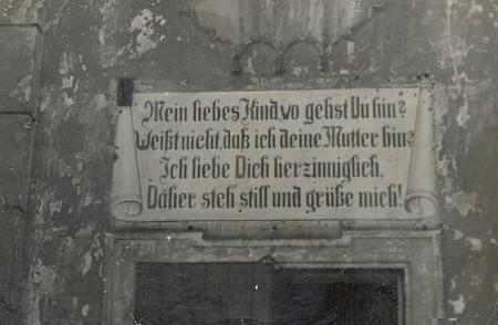 Tento nápis bývalo vidět nad vchodem do poutního kostela ještě za časů jeho téměř úplné zkázy...