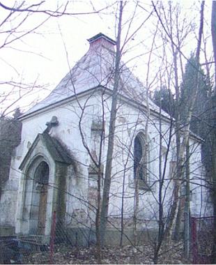 Foto z roku 2005 zachycuje už kapli bez věžičky, zpustošenou a zarostlou v křovině
