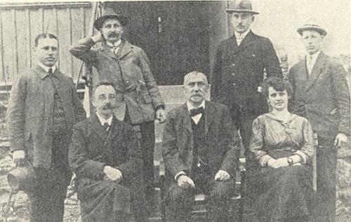 Učitelský sbor školy v Dešenicích (1923), Oswald Fritz zcela vpravo (úplně vlevo stojí Georg Rauscher)