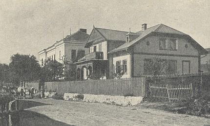 Škola v Dešenicích, kde učil, vedle pošta, kterou kdysi nechal postavit učitel Petter