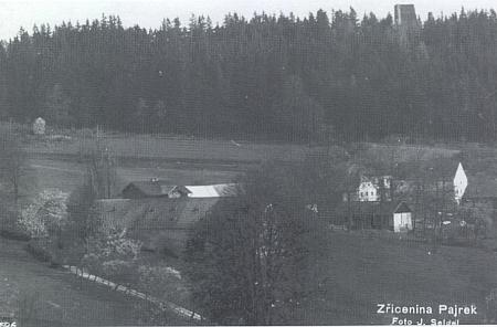 Bývalý poplužní dvůr Pajrek v pozadí se zříceninami hradu, foto Josef Seidel