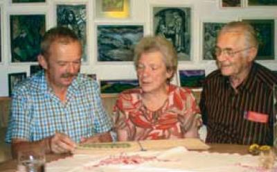 """S Georgem Jungwirthem a Haymo Richterem vybírá Anna Fruthová z manželova díla pro výstavu v """"Alte Wache"""""""