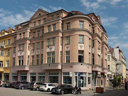 Bydlel také v českobudějovické Divadelní ulici (dnes Dr. Stejskala) čp. 14