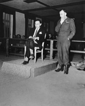 Tento snímek s datem 23. listopadu 1945 ho zachycuje jako svědka vprocesu s dozorci v Dachau - přes rameno mu nahlíží anglický žalobce plk. William Dowdell Denson (1913-1998)