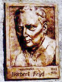 """V Drmoulu (Dürrmaul) blízko Plané uMariánských Lázní, kde malý Nora trávil část dětství u svého dědečka a který zachytil v prvním díle svých pamětí """"Vzorek bez ceny a pan biskup"""", byla v září 2003 odhalena spisovateli pamětní deska"""