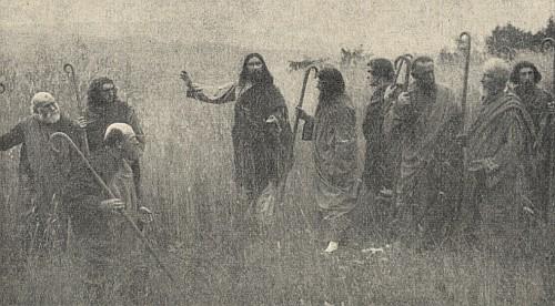 Ježíš a apoštolové v polích u Hořic v jedné ze scén pašijových her