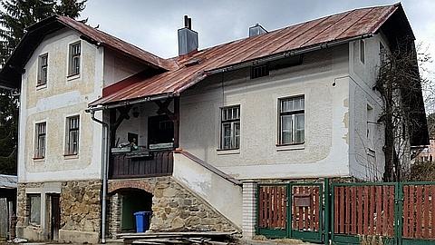 Dům čp. 138 v dnešní ulici Adolfa Kašpara v Železné Rudě, kde měl své knihkupectví